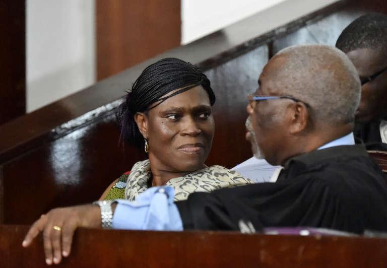 Simone Gbagbo s'entretient avec l'un de ses avocats lors de son procès à Abidjan, le 10 octobre 2016.