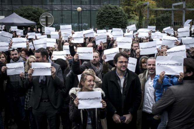 Des membres de la rédaction d'i-Télé et des soutiens réunis devant le siège de la chaîne à Boulogne-Billancourt, le 19 octobre.