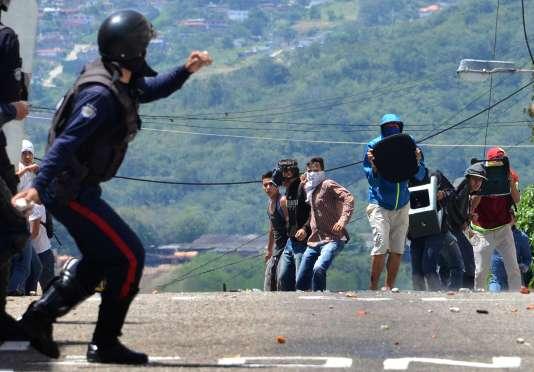 Des affrontements au cours d'une manifestation contre le président Nicolas Maduro, à San Cristobal.