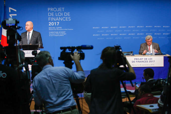 Michel Sapin, ministre de l'économie et des finances(à gauche), et Christian Eckert, secrétaire d'Etat au budget, à Bercy, le 28 septembre.