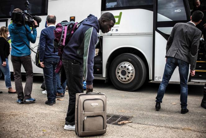 Si le nombre de départs est conséquent, seule une petite partie des migrants a quitté la « jungle » : ils seront encore lundi soir plus de 4 500 (estimation basse) à y dormir,