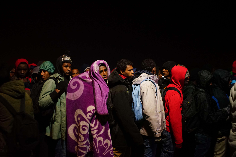 Des migrants lors de l'évacuation de la «jungle»de Calais, le 24 octobre.
