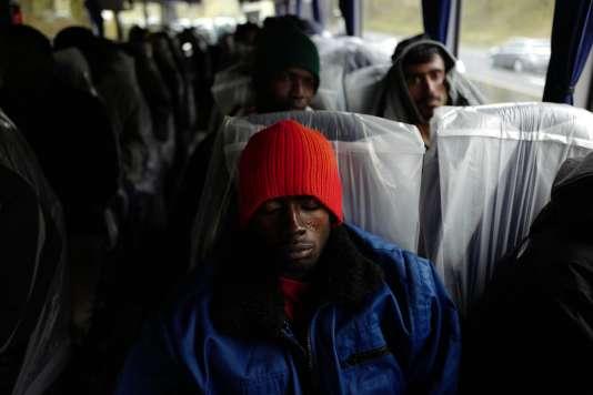 Des migrants à bord de l'un des bus en direction de Cancale (Ille-et-Vilaine), le 24 octobre.