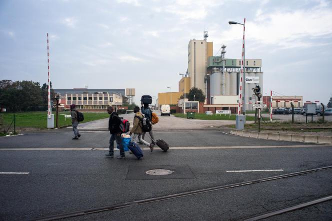 Des migrants à Calais le premier jour de l'opération de démantèlement de la «jungle», le 24 octobre.