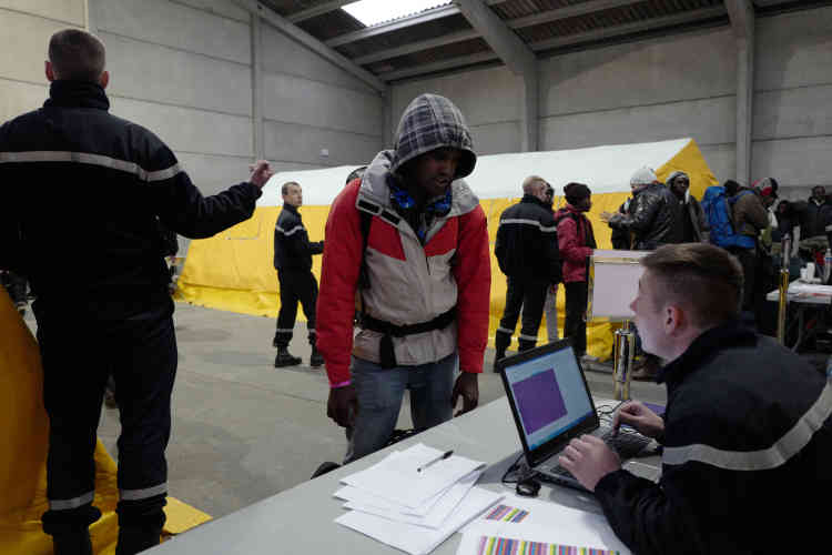 Des Soudanais et desErythréensse font enregistrer par les autorités.