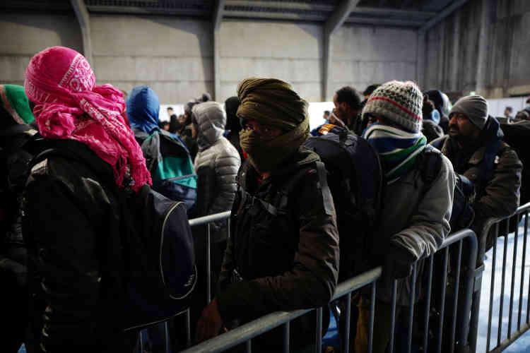 Des Soudanais et des Erythréens attendent de se faire enregistrer par les autorités.