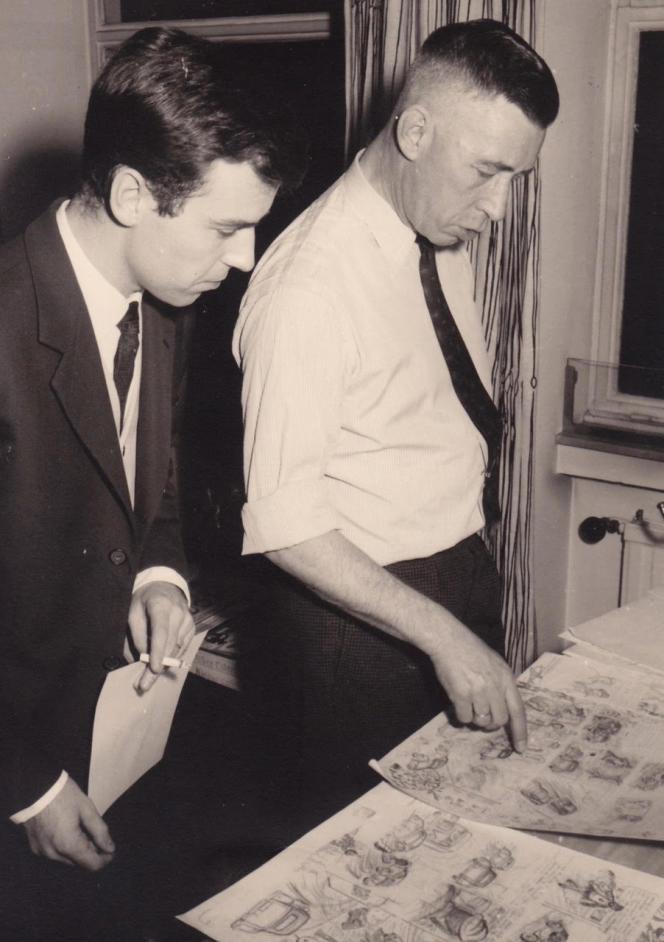 Georges Remi (1907-1983), aliasHergé (à droite) et Gilbert Gascard dit «Tibet», le 23février 1961,devant plusieurs crayonnés de «Tintin et le Thermozéro», l'album inachevé du maître de la ligne claire. C'est sans doute le jour où cette photo a été prise que Hergé a offert une planche dédicacée «à [son] ami Tibet», jeune dessinateur de Chick Bill.