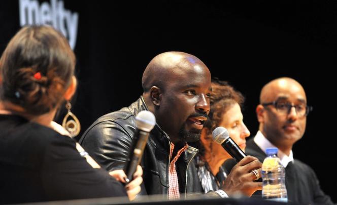Mike Colter, lors d'une conférence au Comic Con de Paris.