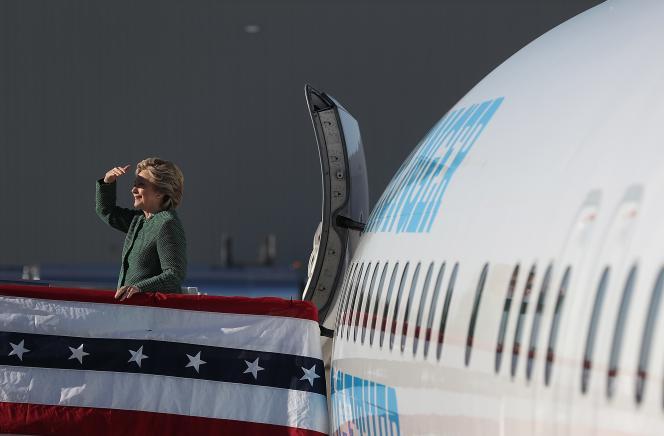 Hillary Clinton sur la passerelle de son avion de campagne après un meeting à Raleigh-Durham ( Caroline du Nord ), le 23 octobre 2016.
