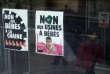 Deux affiches à l'entrée de la maternité des Bluetsdans le cadre d'une manifestation contre une éventuelle augmentation de l'activité, le 8 mars 2008.