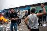 C'est parmi les Afghans que l'on trouve un grand nombre de personnes ne voulant pas partir en CAO. Fête improvisée dans une rue, le 24 octobre, premier jour de l'opération de démantèlement de la « jungle» de Calais.
