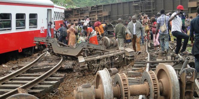 Des passagers du train reliant Douala à Yaoundé, le 21 octobre dans la gare d'Eseka.