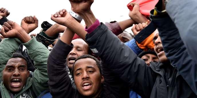 Des migrants éthiopiens à Calais croisent les poings en signe de soutien à la révolte des Oromos en Ethiopie, le 24 octobre 2016.