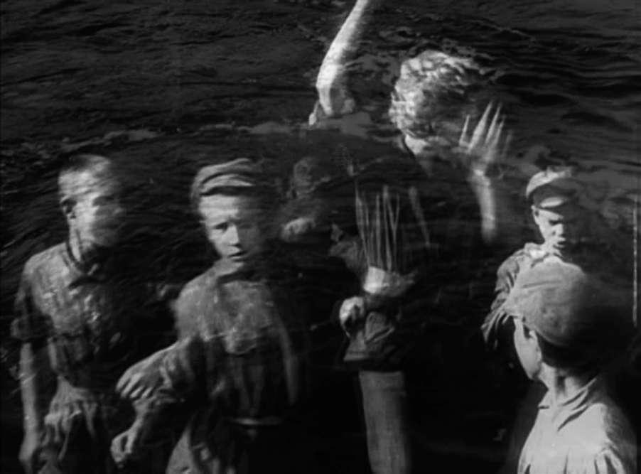 «Dès Jean Vigo ou Eisenstein, puis Rossellini ou Kalatozov (dans ce film admirable qui s'intitule «Soy Cuba»), le cinéma a magnifiquement représenté les soulèvements. La cinéaste Maria Kourkouta a conçu ce «remontage» pour l'exposition avec un sens du rythme qui donne l'impression que les images elles-mêmes sont des ouragans de désir politique. »