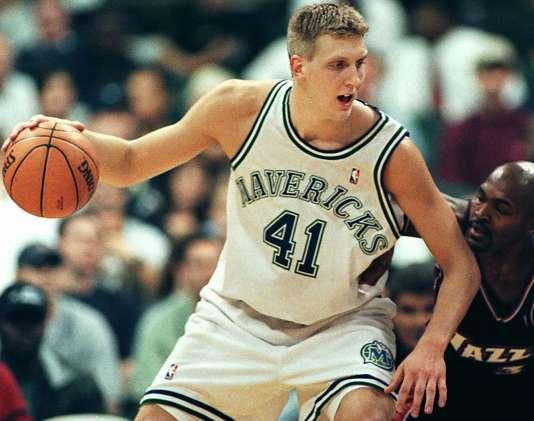 Dirk Nowitzki, défendu par Bryon Russell, du Utah Jazz, lors de sa première saison en NBA, à Dallas, en février 1999.