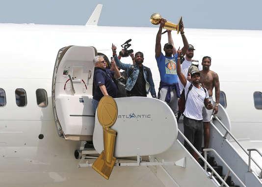 Les Cavaliers sortent de leur avion privé avec leur titre de champion, à Cleveland, le 20juin 2016.