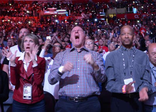 Steve Ballmer, au centre, à côté de sa femme Connie, crie lors de l'avant-match au Staples Center de Los Angeles.