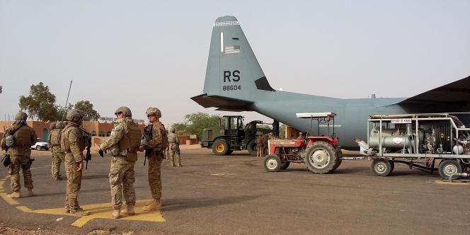 Sur le tarmac de l'aéroport d'Agadez, au Niger, des soldats américains et un avion de reconnaissance, le 29 avril 2016.