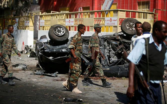 «La Somalie de 2017 est toujours un effroyable bourbier militaire et humanitaire, où la famine menace 6 millions de personnes et où l'organisation terroriste islamiste Al-Chabab reste à l'offensive, contrôlant les campagnes du pays». (Photo : des soldats somaliens sécurisent une scène d'attentat revendiqué par l'organisation terroriste islamiste Al-Chabab dans la capitale Mogadiscio, le 1er octobre 2016).