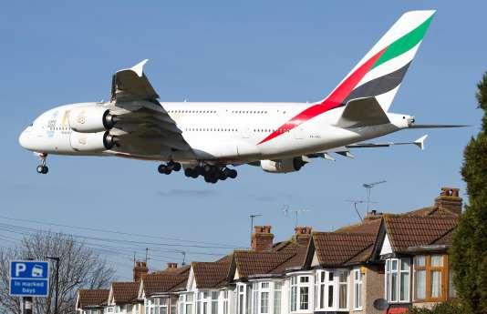 Les riverains de Heathrowsont vent debout contre l'extension de l'aéroport, alors que les avions passent déjà à cadence serrée juste au-dessus de leurs têtes. Son extension provoquerait une pollution sonore et de l'air inacceptable, selon eux.