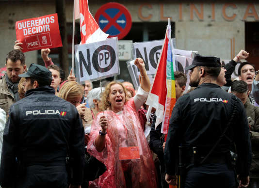 Manifestation de sympathisants du PSOE à Madrid, le 22 octobre, contre l'abstention que les socialistes comptent accorder à la droite.