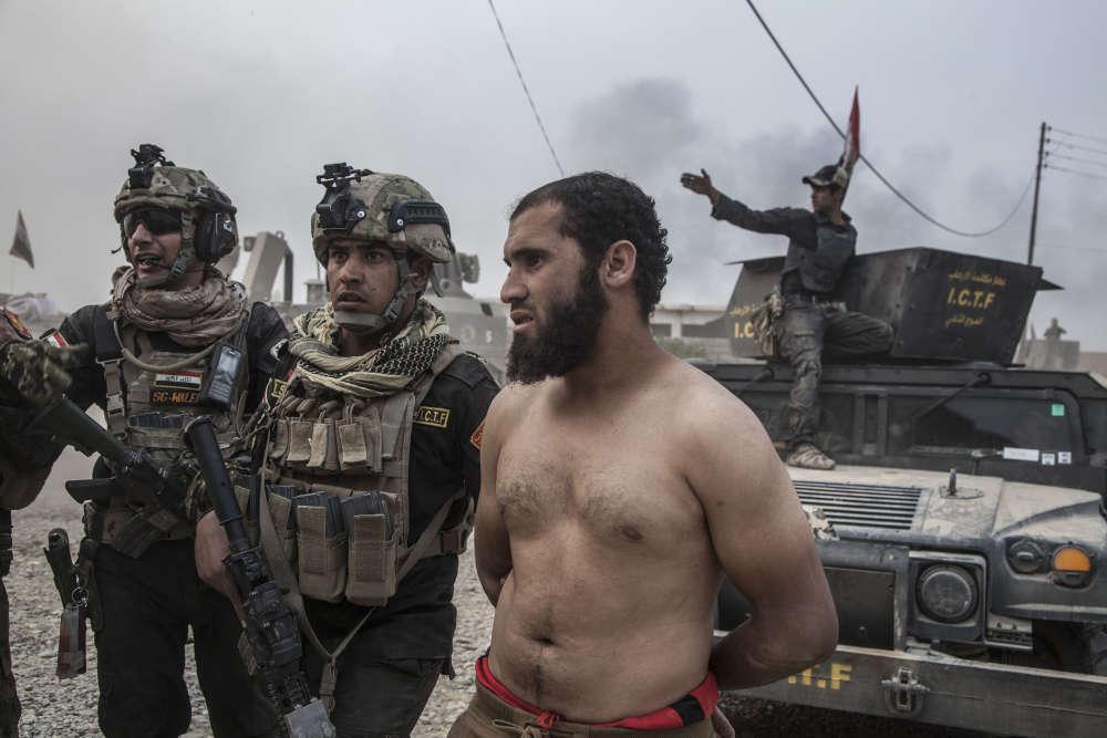Les démineurs intiment aux hommes de se mettre torse nu.Les renseignements avaient indiqué au major Salam Hussein que des enfants et des adultes kamikazes pourraient feindre de se diriger vers eux en demandant protection.
