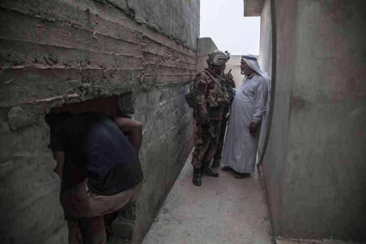 Le major Salam a donné ses ordres pour continuer la prise de la localité de Tarbazawah. Les hommes de la colonne d'assautont appellé les civils terrés depuis l'aube à sortir de chez eux et interrogent les hommes.
