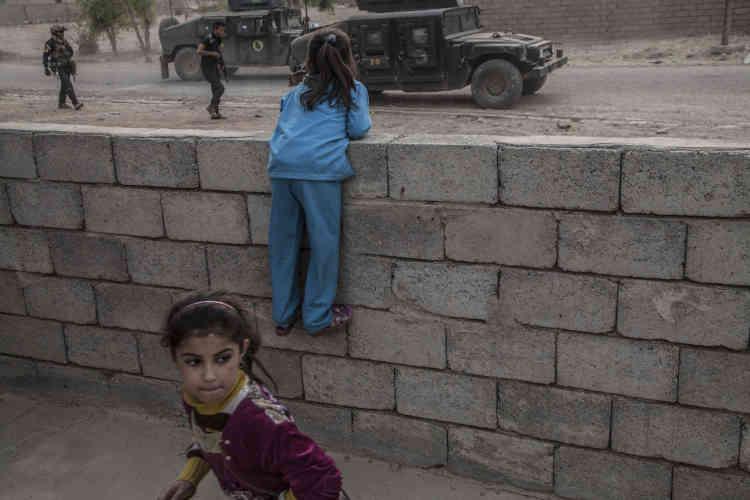 Les enfants de Tarbazawah sont témoins des interventions de le Division d'or.
