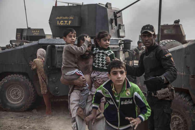 Après contrôle, hommes et enfants sont mis à l'abri. La position des forces antiterroristes est sous le feu nourri des snipers.