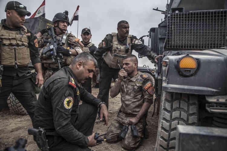 Depuis le véhicule de tête, le major Salam ordonne le déploiement des troupes. Ses ordres grésillent dans la radio.