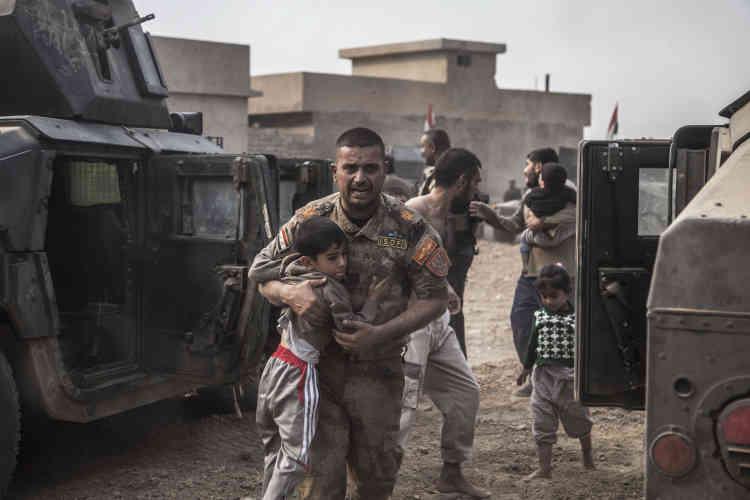 Le major Salam avec un enfant sous le bras, il traverse ànouveau le champ de tir et le dépose à bord d'un Humvee, bientôt imité par des parents affolés. Les enfants tremblent de tout leur corps.