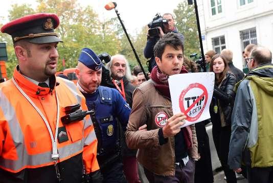 Un manifestant« anti-CETA», à Bruxelles, le 24 octobre.