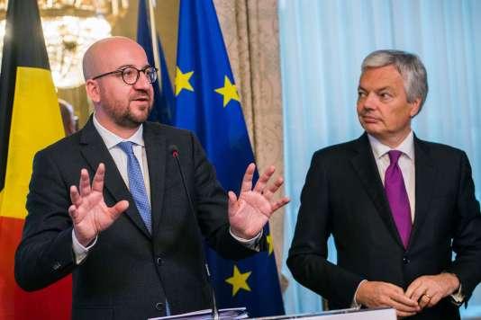 Charles Michel, premier ministre (à gauche) et Didier Reynders, ministrre des affaires étrangères du royaume de Belgique, à Bruxelles, le 24 octobre.