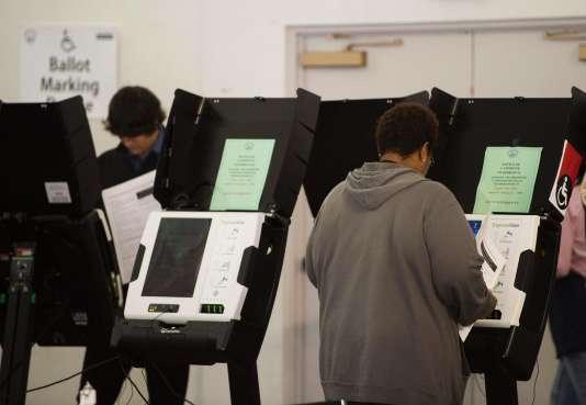 Sur leur bulletin de vote, les électeurs sont amenés à cocher la case correspondant au candidat à la présidentielle, qui conduit en fait à la désignation des grands électeurs.