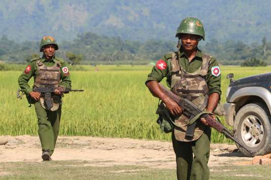 Des militaires birmans patrouillent dans un village de l'Etat d'Arakan, le 21 octobre 2016.