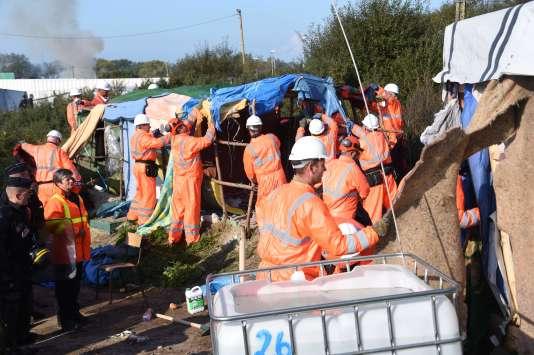 Alors que les migrants continuent à partir, l'opération de nettoyage du camp a débuté mardi 25 octobre, en début d'après-midi.