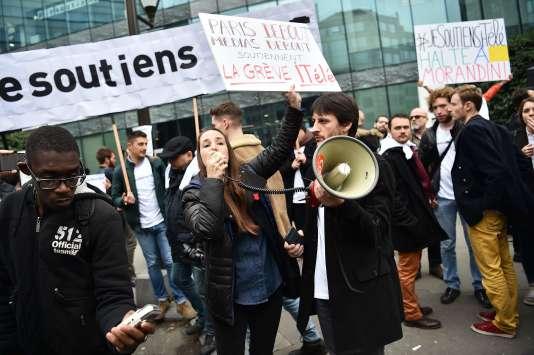 Des journalistes grévistes rassemblés devant la rédaction d'i-Télé à Boulogne-Billancourt, le 25 octobre.