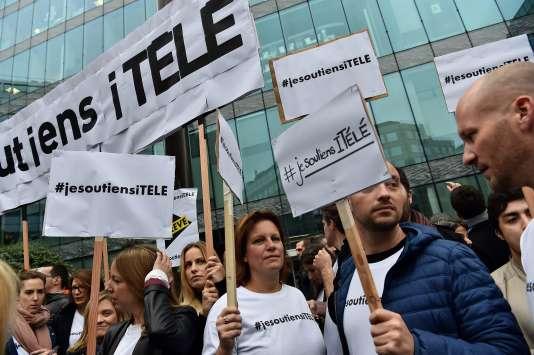 Des journalistes grévistes d'i-Télé rassemblés devant la rédaction à Boulogne-Billancourt, le 25 octobre.
