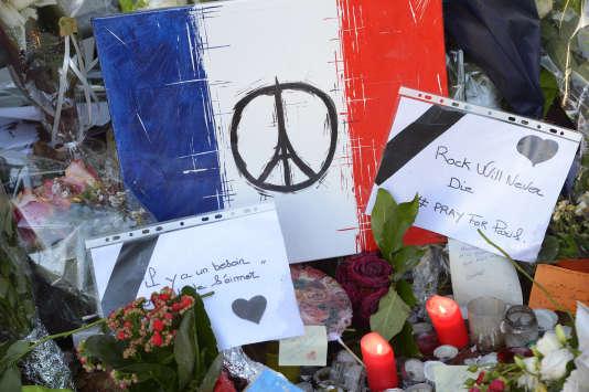Un mémorial improvisée devant le Bataclan, à Paris, le26 novembre 2015.