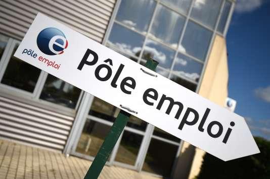 Le logo du Pôle emploi devant une agence à Montpellier, le 27 avril.
