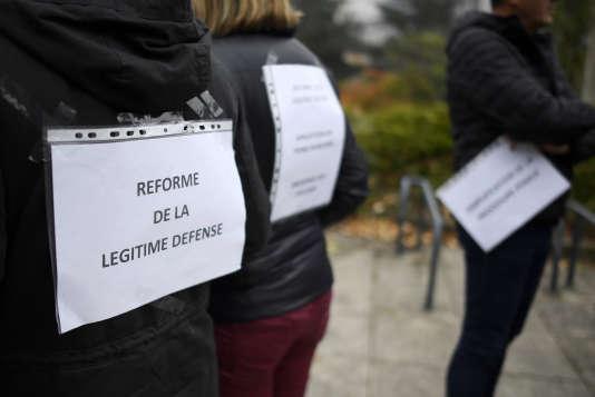 Des policiers qui manifestent à l'appel des syndicats, le 25 octobre à Rennes (Ille-et-Vilaine).
