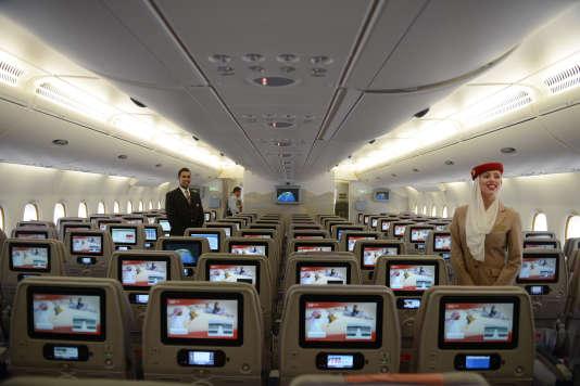La compagnie Emirates opère un aller-retour par jour entre les deux pays, mais depuis vendredi, les Tunisiennes, quel que soit leur âge, ont été temporairement empêchées d'embarquer