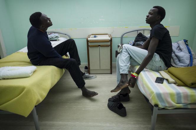 Des réfugiés soudanais investissent leur nouvelle chambre.