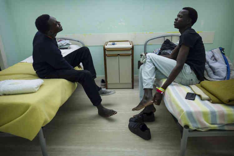 Des réfugiés soudanais investissent enfin leur nouvelle chambre et profitent du confort d'un lit et de pièces chauffées, après des années dans la «jungle».