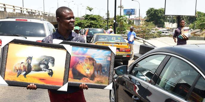 Un vendeur de rue à Lagos, la capitale économique du Nigeria.
