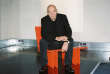 Jean Nouvel, assis sur un fauteuil KNP (Arflex, 2014), dans l'espace «Publicité» du Musée des arts décoratifs, à Paris.