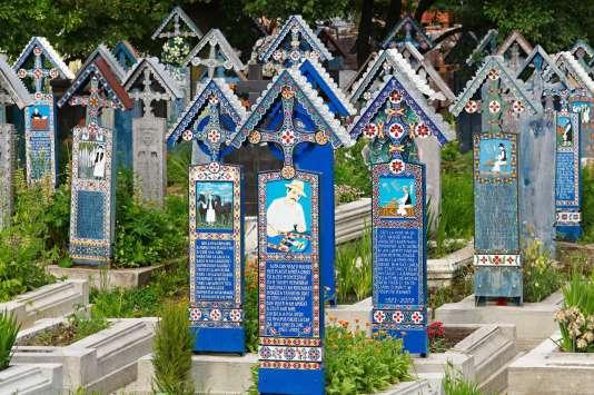 Au « cimetière joyeux» de Sapanta, les stèles sont peintes d'une scène de vie en bas-relief.