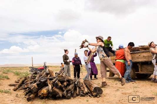 Le voyageur sert de convoyeur entre deux familles nomades de Mongolie.
