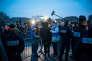 Devant l'entrée du point d'accueil, les jeunes migrants sont triés pour savoir s'ils sont effectivement mineur ou non, avec pour seul argument, leur apparence.- Lundi 24 octobre, premier jour de l'opération de démentèlement de la Jungle de Calais.