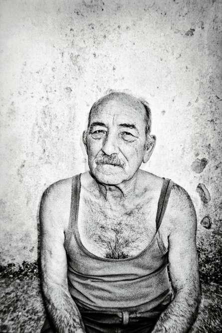 « Tout argent dépensé pour sauver les oliviers ne changera plus rien. Les arbres sont condamnés », se désole cet habitant de Gemini, qui, comme de nombreux autresoléiculteurs, se sent abandonnéà son sort.